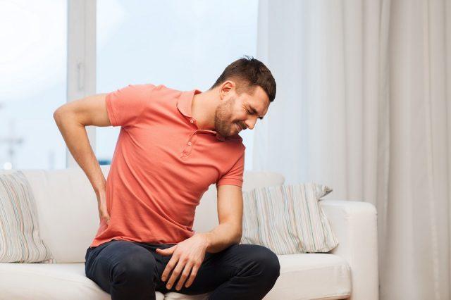 un homme atteint de la lombalgie